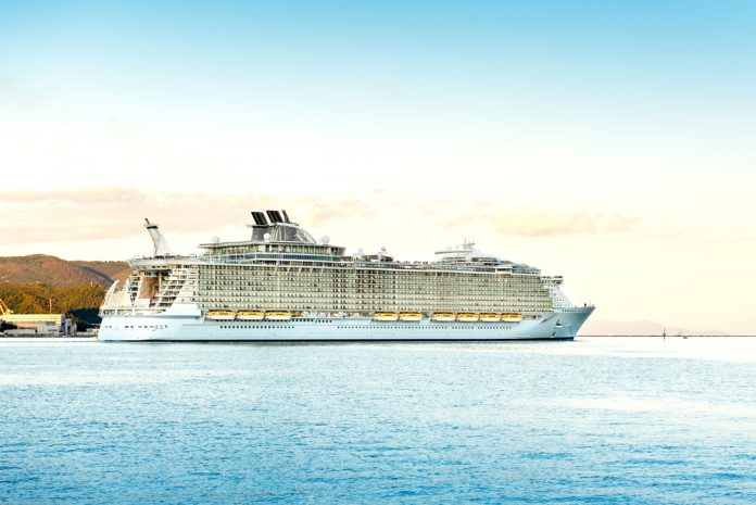 ovation-of-the-seas-seitenansicht