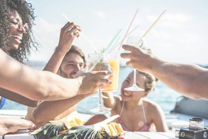 junge leute kreuzfahrt junge leute trinken cocktails zusammen