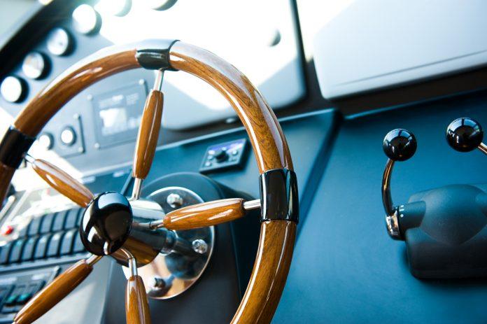 verkehrsregeln auf dem wasser steuerrad vom boot