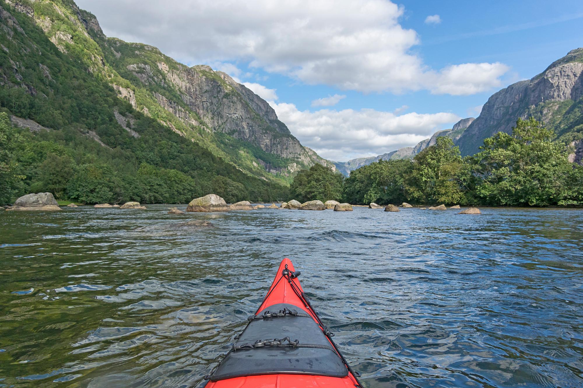ausfluege kanotour auf einem see mit bergen