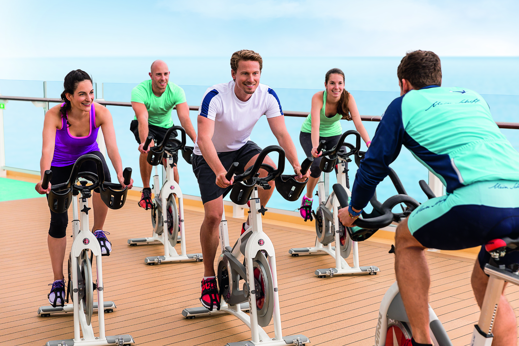themenkreuzfahrt tui cruises kreuzfahrtgaeste beim spinning