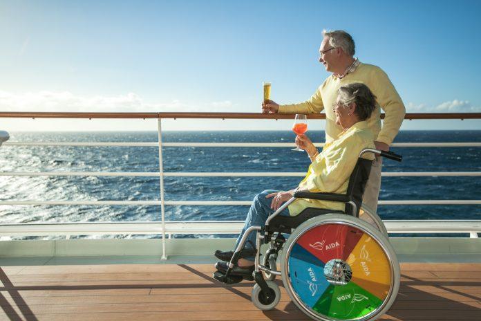Barrierefreiheit_AIDA Cruises rollstuhlfahrerin mit begleitung an der reling