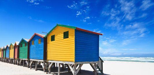 suedafrika bunte huetten am strand