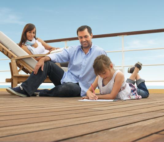 perfekter familienurlaub familie an board eines kreuzfahrtschiffes